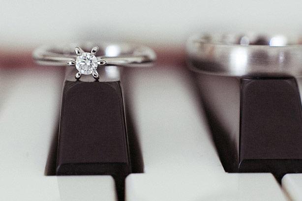 diamant-ring-auf-klaviertaste